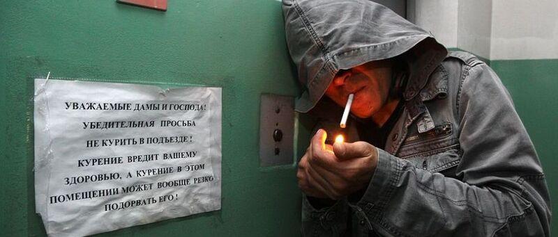 Что делать если сосед курит в подъезде