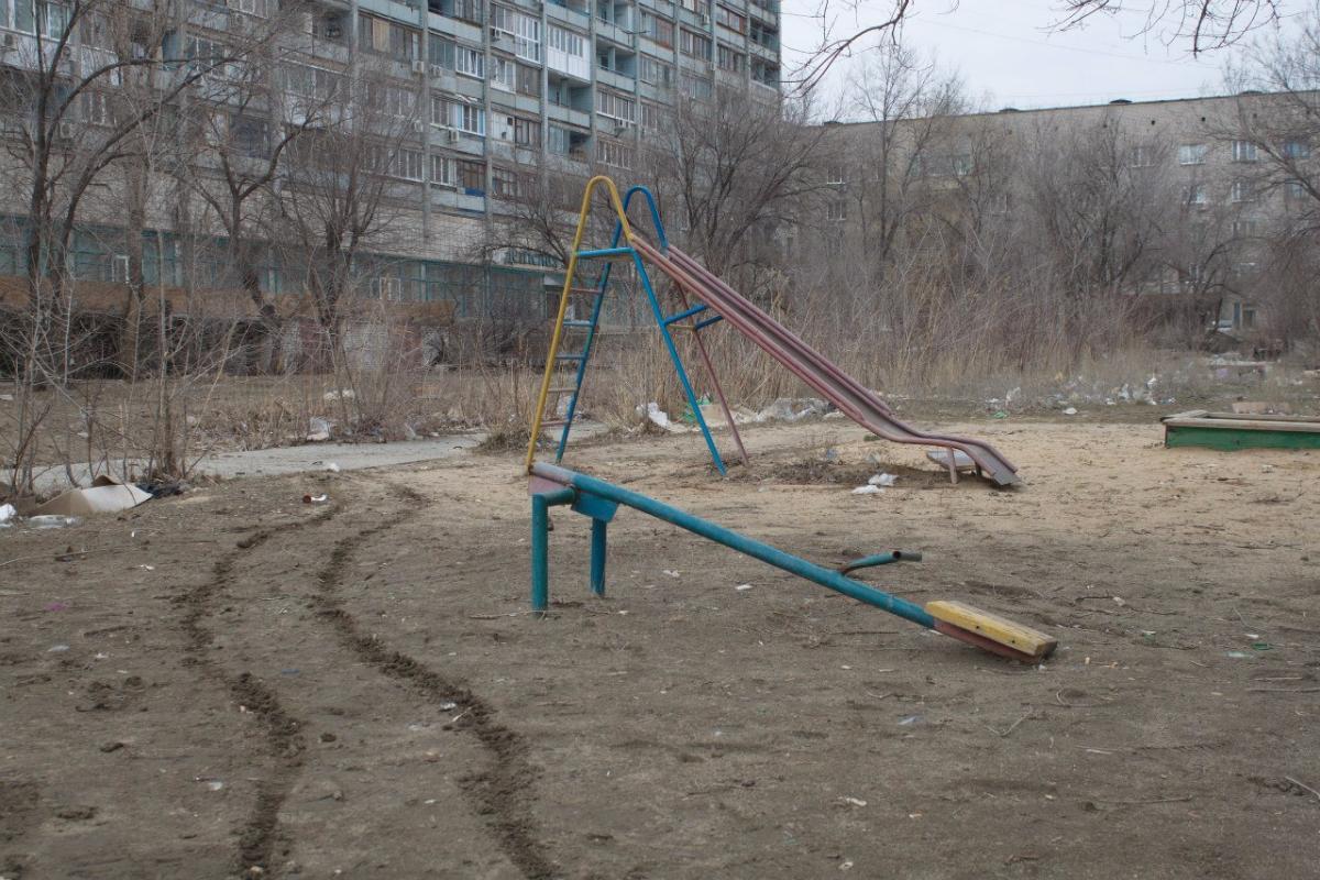 Опасные игры: что делать, если в вашем дворе старая детская площадка?